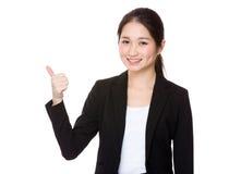 Demostración joven de la empresaria con el pulgar para arriba Imagenes de archivo