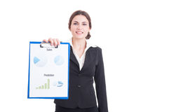Demostración joven de la mujer de las ventas financiera y cartas del beneficio en clipboa Foto de archivo libre de regalías