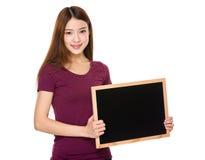 Demostración joven del estudiante con la pizarra Foto de archivo libre de regalías