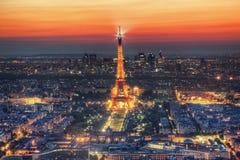 Demostración ligera del funcionamiento de la torre Eiffel en la noche, París, Francia. Visión aérea. Imagen de archivo libre de regalías