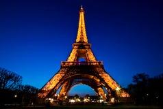Demostración ligera del funcionamiento de la torre Eiffel en oscuridad Imagen de archivo libre de regalías
