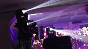 Demostración ligera, demostración del laser Efectúe las luces en una consola, encendiendo la etapa del concierto, iluminación del almacen de metraje de vídeo
