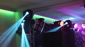 Demostración ligera, demostración del laser Efectúe las luces en una consola, encendiendo la etapa del concierto, iluminación del almacen de video