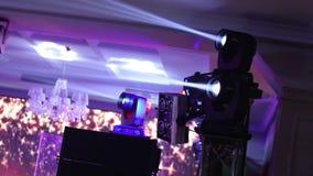 Demostración ligera, demostración del laser Efectúe las luces en una consola, encendiendo la etapa del concierto, iluminación del metrajes