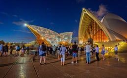 Demostración ligera en Sydney Opera House y puerto y horizonte de la noche fotografía de archivo