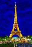 Demostración ligera hermosa de luces que destellan en Eiffel Bache en París Foto de archivo libre de regalías