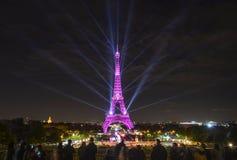 Demostración ligera que sorprende de la torre Eiffel imagenes de archivo