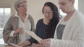 Demostración mayor de la mujer a los amigos sus fotos blancas y negras viejas El grupo del centro tres envejeció a las mujeres ma almacen de metraje de vídeo