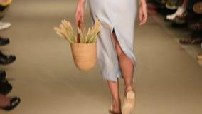 Demostración modelo de Catwalk In Fashion almacen de metraje de vídeo
