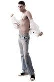 Demostración modelo de moda sus músculos en mezclilla Imagen de archivo