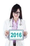 Demostración número 2016 del doctor con la tableta Foto de archivo
