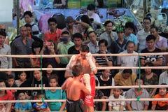 Demostración original tailandesa no identificada del boxeo en el pasillo de la alameda de compras Fotografía de archivo