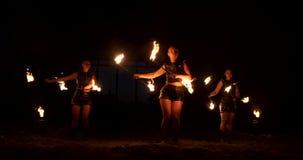 Demostración profesional del fuego en el hangar viejo de los aviones mostrar a artistas profesionales del circo tres mujeres en l almacen de video