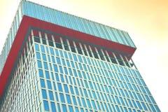 Demostración superior o ascendente de la visión el pico de la torre del edificio o de la propiedad horizontal Fotos de archivo libres de regalías