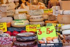 Demostración-ventana con queso en la tienda, cerámica de Delft, Holanda Imagen de archivo libre de regalías