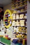 Demostración-ventana con queso en tienda Imagen de archivo