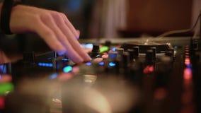 Demostración viva, mezclador audio Las manos de DJ del disco y del club que se mezclan en el club de noche van de fiesta almacen de metraje de vídeo