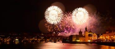 Demostraci?n del fuego artificial del A?o Nuevo 2019 sobre Praga imagen de archivo