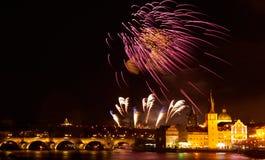 Demostraci?n del fuego artificial del A?o Nuevo 2019 sobre Praga fotos de archivo libres de regalías