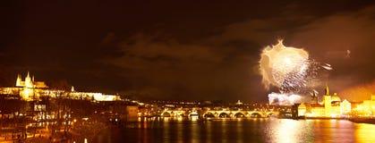 Demostraci?n del fuego artificial del A?o Nuevo 2019 sobre Praga fotos de archivo