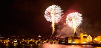 Demostraci?n del fuego artificial del A?o Nuevo 2019 sobre Praga fotografía de archivo