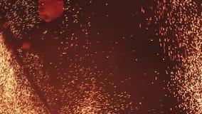 Demostraci?n hermosa del fuego en la noche la cámara se centra en las chispas que lanzan de la persona alrededor de él metrajes