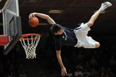 Demostración acrobática del baloncesto Imágenes de archivo libres de regalías
