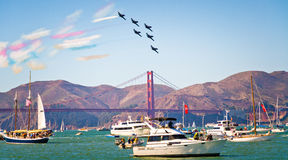 Demostración de Avia de los ángeles azules sobre San Francisco Bay Imagenes de archivo