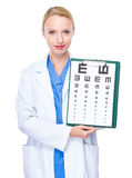 Demostración del optometrista con la carta de ojo Fotografía de archivo