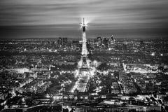Demostración ligera del funcionamiento de la torre Eiffel en la noche, París, Francia. Fotografía de archivo