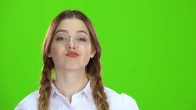 Demostraciones adolescentes una sonrisa aceptable Pantalla verde almacen de video