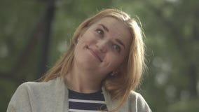 Demostraciones bonitas lengua y muecas de la mujer metrajes