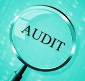 Demostraciones de la lupa de la auditoría que buscan auditar y la ampliación Imagenes de archivo
