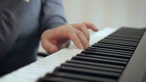 Demostraciones de las manos de la mujer del primer cómo jugar el piano metrajes