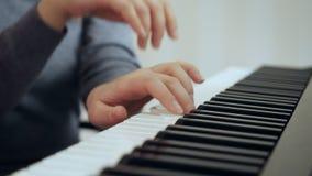 Demostraciones de las manos de la mujer del primer c?mo jugar el piano almacen de video
