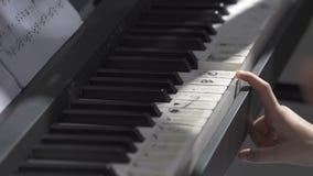 Demostraciones del profesor cómo jugar el piano metrajes