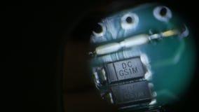 Demostraciones macras de la cámara a través de pequeños microprocesadores del metro de la ranura almacen de video