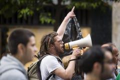 Demostrator com o megafone que protesta contra cortes da austeridade Fotografia de Stock