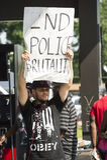 Demostrator hält unterzeichnen herein Ferguson, MO Stockbilder