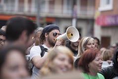 Demostrator mit dem Megaphon, das gegen Strengeschnitte protestiert Lizenzfreies Stockfoto