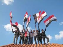 Demostrators egípcios que acenam bandeiras Imagem de Stock Royalty Free