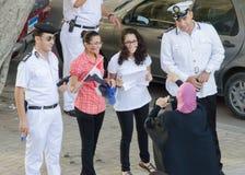Demostrators que toma imágenes con los policías Imagenes de archivo