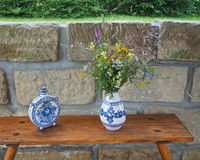 Demotic белая синь покрасила склянку и вазу гончарни с полем fl стоковые фотографии rf