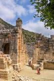 Demre-Myra, Turkije - April 26, 2014: Antiek Theater Toeristen om de gezichten te zien en beelden te nemen Royalty-vrije Stock Afbeelding