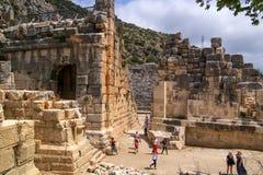 Demre-Myra, Turkije - April 26, 2014: Antiek Theater Toeristen om de gezichten te zien en beelden te nemen Royalty-vrije Stock Fotografie