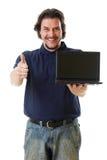 denåldrades manen i blåttskjorta med netbookvisning tumm upp Royaltyfri Bild