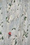 denåldrades mannen vaggar klättrareklättringar på klippan Arkivfoto