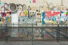 Den Â¥The väggen fyllde med den near mitten Pompidou för grafitti i Paris Arkivfoton