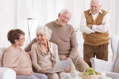 Den äldre kvinnan använder bärbara datorn Royaltyfri Bild