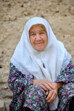 Den äldre kvinnan i en halsduk arkivfoton